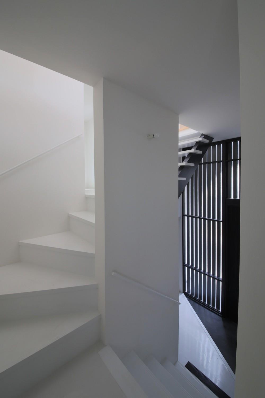 ピアノ室のある狭小住宅・スキップフロアを生かしたOUCHI-29 (玄関ホールと階段)