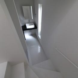 建もの探訪で放送 ピアノ室のある狭小住宅・スキップフロアを生かしたOUCHI-29 (階段途中の洗面所)