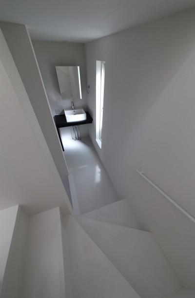 階段途中の洗面所 (建もの探訪で放送 ピアノ室のある狭小住宅・スキップフロアを生かしたOUCHI-29)