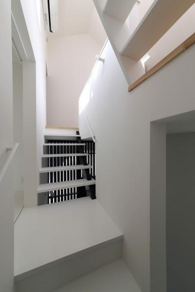 子供室入り口のある踊り場 (建もの探訪で放送 ピアノ室のある狭小住宅・スキップフロアを生かしたOUCHI-29)