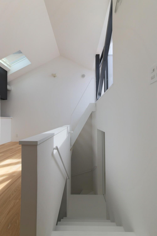ピアノ室のある狭小住宅・スキップフロアを生かしたOUCHI-29 (リビングから階段見下ろし)