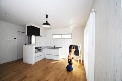 玄関で繋がるブロックチェックの二世帯住宅 (リビングダイニング2)