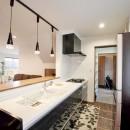 玄関で繋がるブロックチェックの二世帯住宅の写真 キッチン