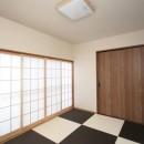 玄関で繋がるブロックチェックの二世帯住宅の写真 寝室