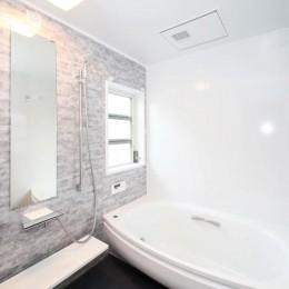 玄関で繋がるブロックチェックの二世帯住宅 (浴室)