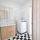 玄関で繋がるブロックチェックの二世帯住宅の写真 洗面室