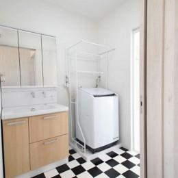 玄関で繋がるブロックチェックの二世帯住宅 (洗面室)