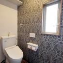 玄関で繋がるブロックチェックの二世帯住宅の写真 トイレ1