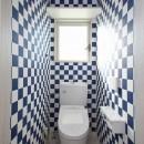 玄関で繋がるブロックチェックの二世帯住宅の写真 トイレ2