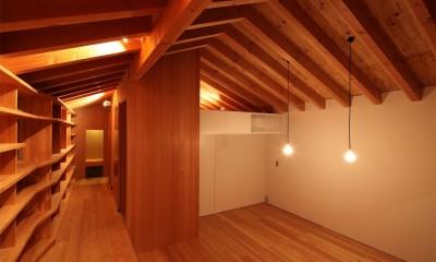 本棚とリビング|瀬谷の書斎 - 木造平屋の離れ