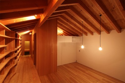 本棚とリビング (瀬谷の書斎 - 木造平屋の離れ)