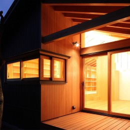 瀬谷の書斎 - 木造平屋の離れ (テラスと書斎の窓)