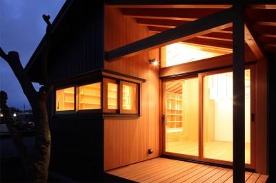 テラスと書斎の窓 (瀬谷の書斎 - 木造平屋の離れ)