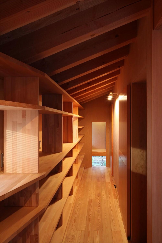 瀬谷の書斎 - 木造平屋の離れ (書棚と飾り棚)