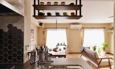 キッチンから眺めるリビング|welcomeな家