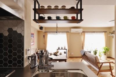キッチンから眺めるリビング (世田谷区N様邸 ~welcomeな家~)