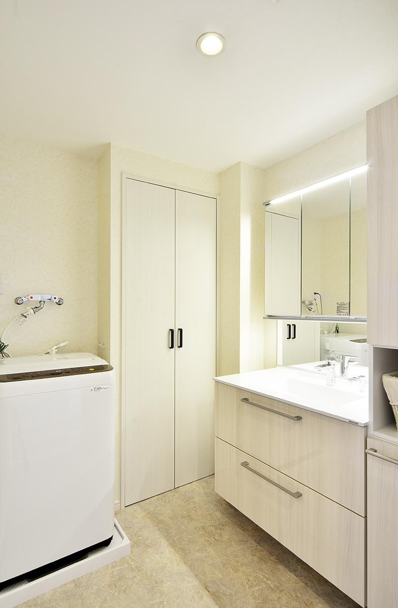 ストレスフリーなアーバンシンプルリノベーション (洗面室)