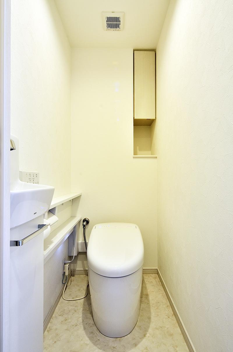 ストレスフリーなアーバンシンプルリノベーション (トイレ)