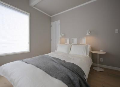 グレイの壁紙が落ち着いた雰囲気のベッドルーム (F邸)