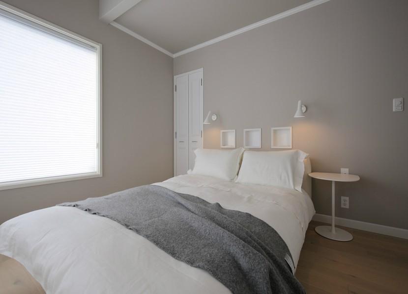 F邸 (グレイの壁紙が落ち着いた雰囲気のベッドルーム)