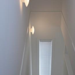 F邸 (階段を優しく照らす光)