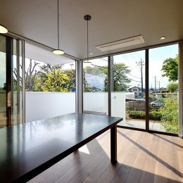 A-House (緑に囲まれたダイニング・キッチン)