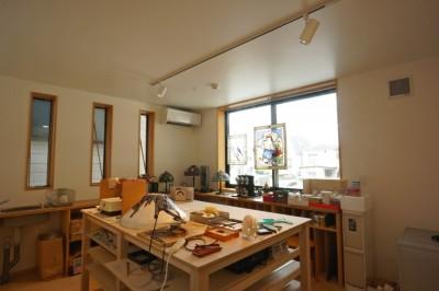 趣味室-ステンドグラス工房 (江古田の家 ―夫婦で趣味を楽しむ)