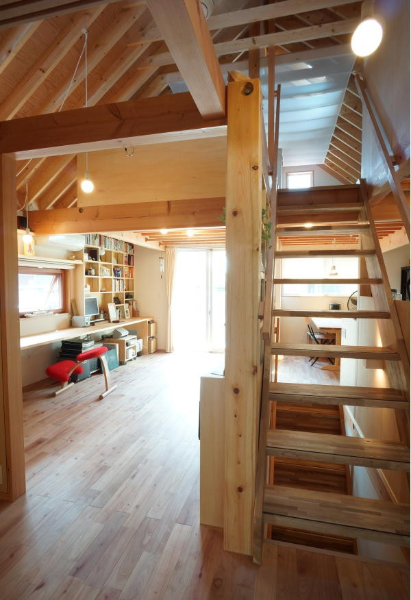 ののの家―コンパクトな2世帯住宅 (スタディールームと階段)