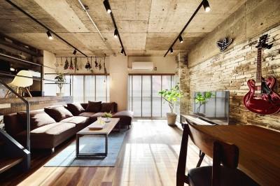 『コンクリート剥き出し』に自然素材をデザインする 大人ヴィンテージの温もりある癒しのリフォーム(マンション) (バルコニーに面した明るいリビングダイニング)