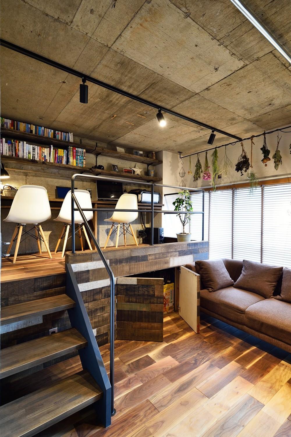 『コンクリート剥き出し』に自然素材をデザインする 大人ヴィンテージの温もりある癒しのリフォーム(マンション) (小上がりを使ったワークスペース)