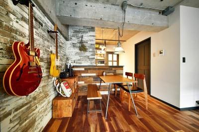 『コンクリート剥き出し』に自然素材をデザインする 大人ヴィンテージの温もりある癒しのリフォーム(マンション) (コンクリートの梁を見せるスタイリッシュなダイニング)