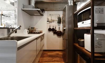 『コンクリート剥き出し』に自然素材をデザインする 大人ヴィンテージの温もりある癒しのリフォーム(マンション) (インダストリアル調でお洒落なキッチン)