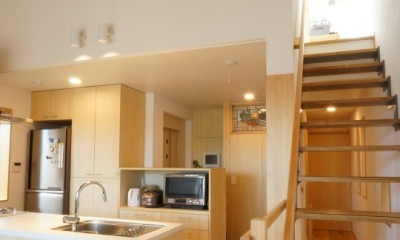 江古田の家 ―夫婦で趣味を楽しむ (ダイニングからキッチンを見る)