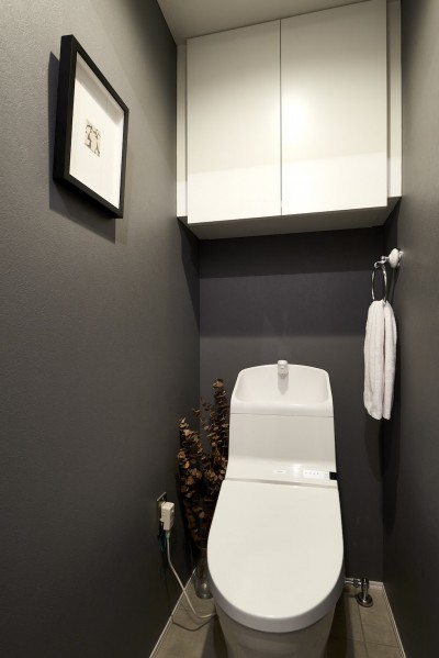 トイレ (黒が際立つ渋めの我が家)