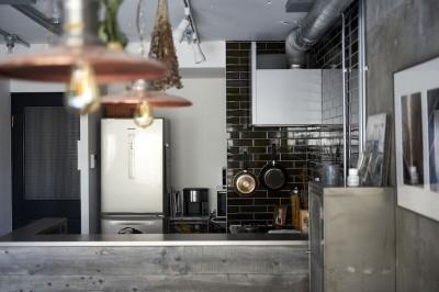 キッチン (黒が際立つ渋めの我が家)