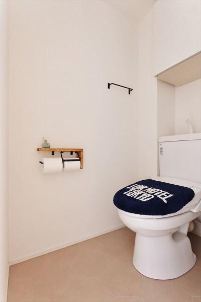トイレ (S邸・好きなインテリアに囲まれて開放的に)