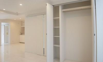 ホワイトを基調にした明るく高級感のある空間 (収納)