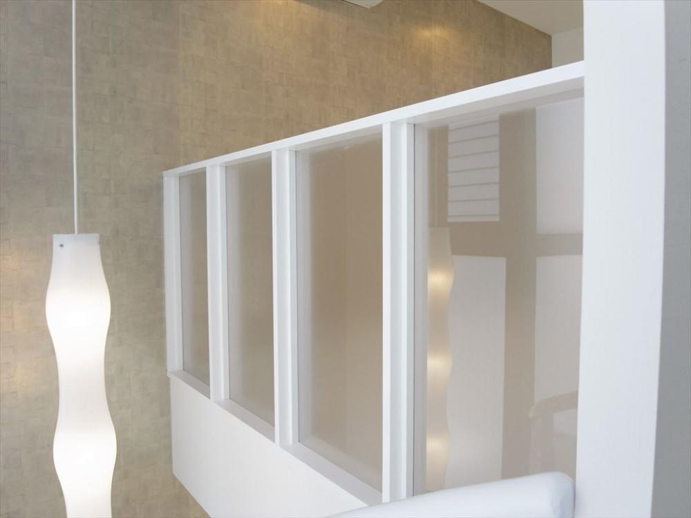 ホワイトを基調にした明るく高級感のある空間 (落下防止)