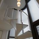 ホワイトを基調にした明るく高級感のある空間の写真 螺旋階段