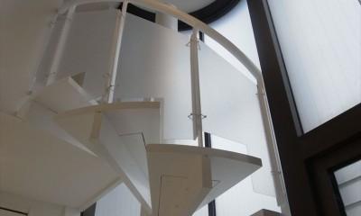 ホワイトを基調にした明るく高級感のある空間 (螺旋階段)