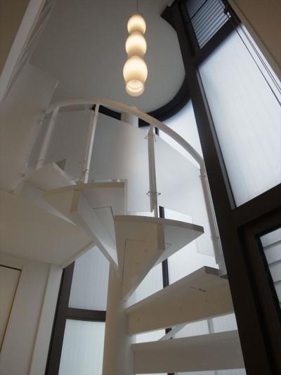 螺旋階段 (ホワイトを基調にした明るく高級感のある空間)