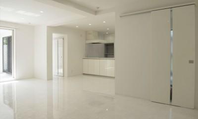 ホワイトを基調にした明るく高級感のある空間 (リビングダイニング)