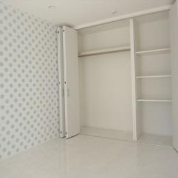ホワイトを基調にした明るく高級感のある空間 (子供部屋)