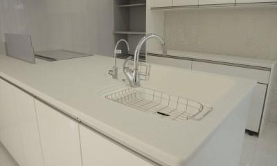 ホワイトを基調にした明るく高級感のある空間 (キッチン)