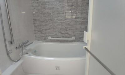 ホワイトを基調にした明るく高級感のある空間 (風呂)