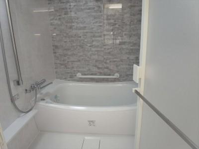 風呂 (ホワイトを基調にした明るく高級感のある空間)