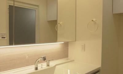 ホワイトを基調にした明るく高級感のある空間 (洗面室)
