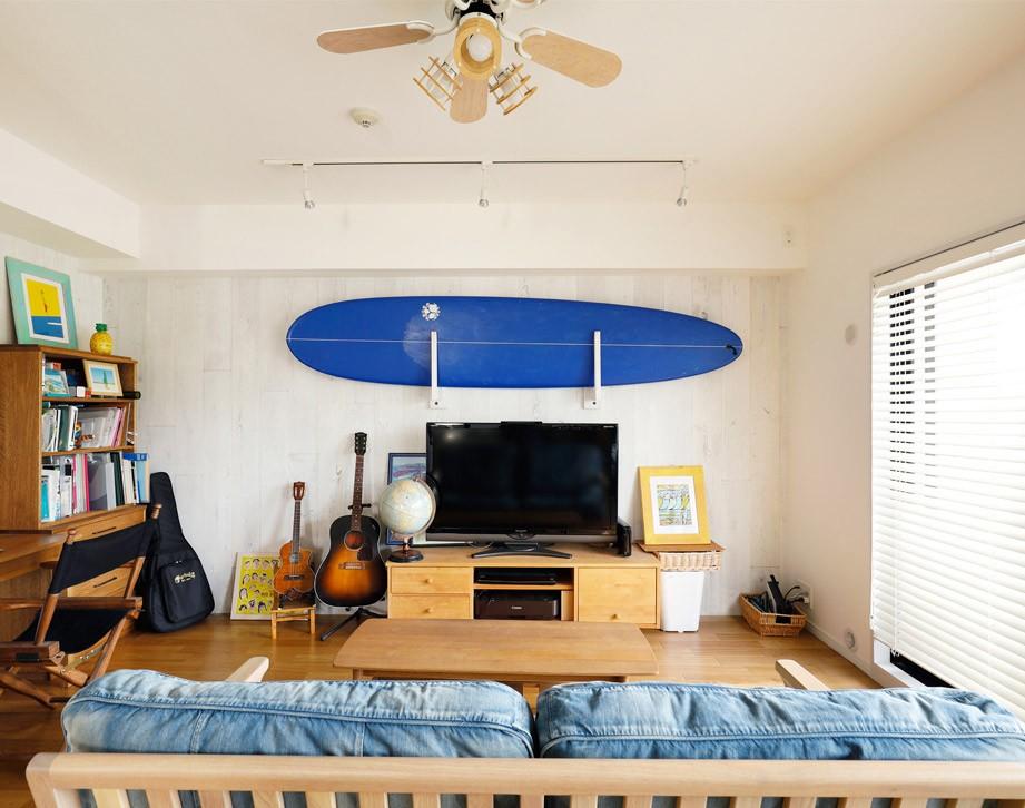 波の音が聞こえて来そうなリビング (家族の趣味をメインにしたインテリアは、海風を感じる西海岸のリゾート風。)