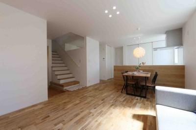 洗練された「北欧デザイン」の家。性能もデザインも規格型住宅『TRETTIO』で解決。 (リビング/ダイニング)