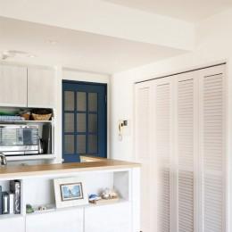 ルーバー扉の収納 (家族の趣味をメインにしたインテリアは、海風を感じる西海岸のリゾート風。)